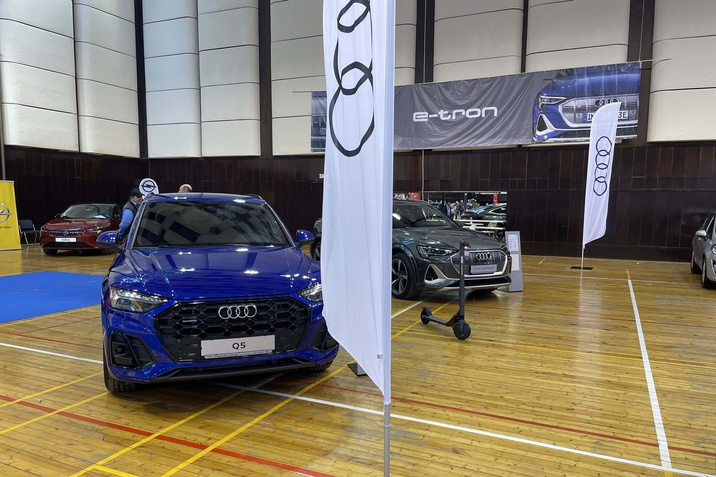 Audi Q5 TFSI e quattro, Audi e-tron S Sportback и електрическа тротинетка MOON.
